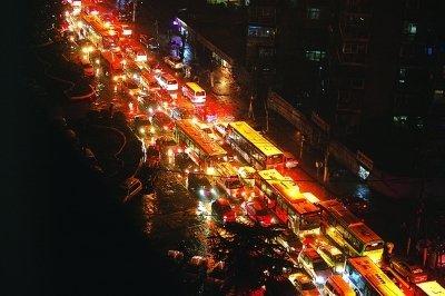 武汉夜网_下雨天团聚多 小年夜武汉堵出\