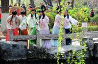 漢文化愛好者們著漢服賞櫻游春