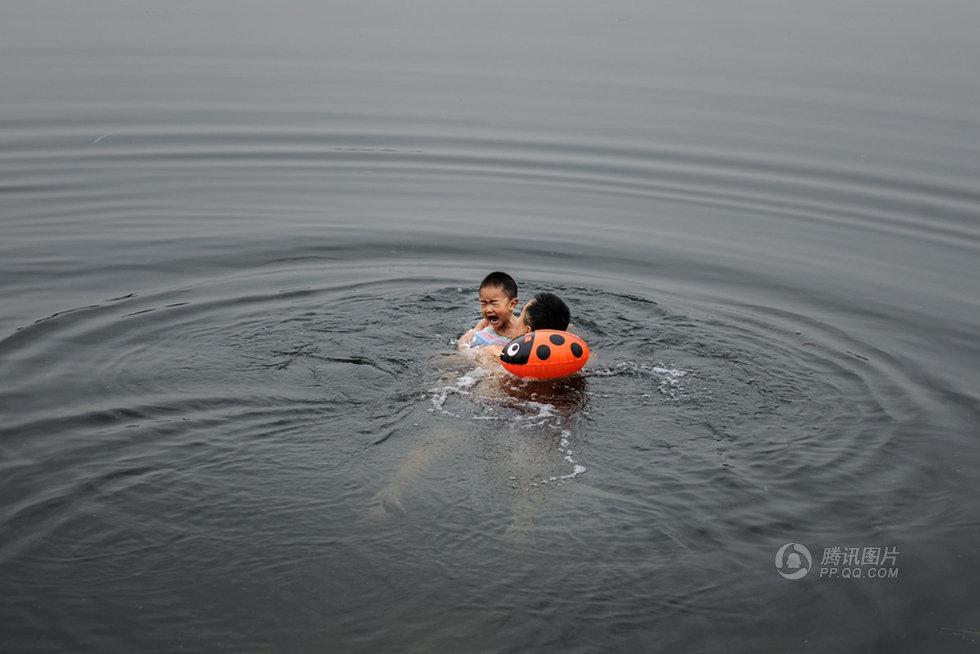 高清:湖南男子带3岁儿子冬泳 河水冰冷刺骨