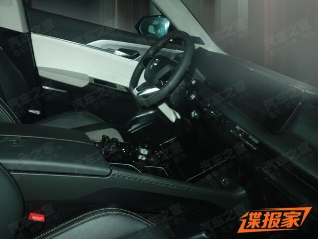 贯穿式中控屏设计 一汽奔腾C105量产版谍照曝光
