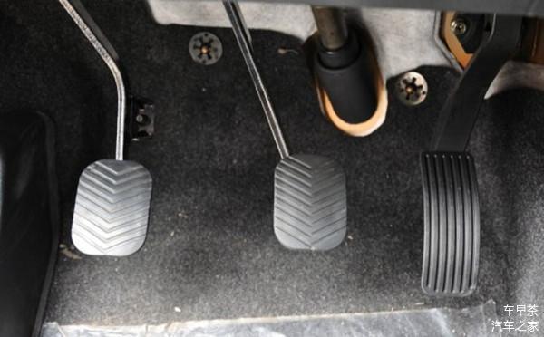 开自动挡不踩油门时 你习惯备刹车还是休息右脚