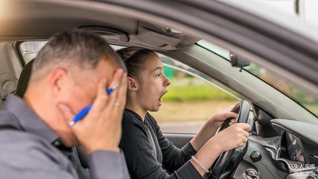 为什么有些司机开车时喜欢把座椅调得很靠前