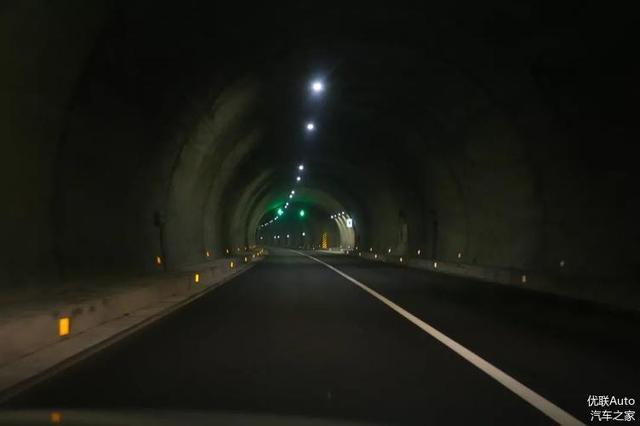请注意 隧道开车 正确的驾驶姿势十分重要重要