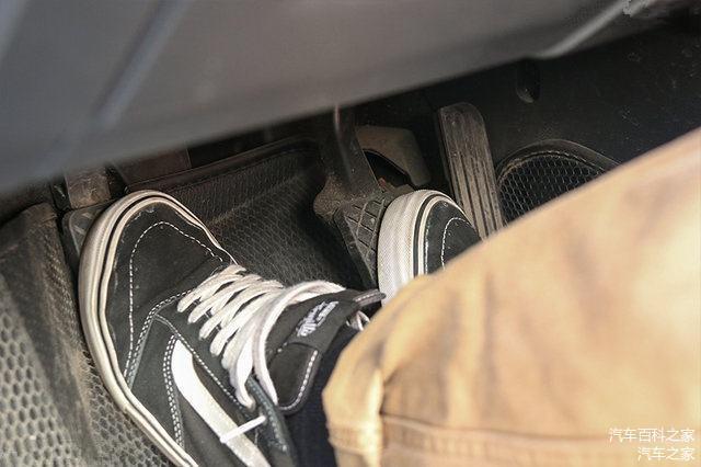 手動擋車減速 先踩剎車還是先踩離合 終于明白了