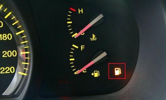 高速汽车抛锚图片_油箱灯亮了爱车还能跑多远 减少负重更省油_汽车_腾讯网