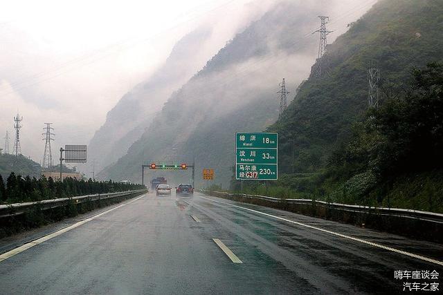 高速上遇到突发暴雨 有什么办法可以处理呢