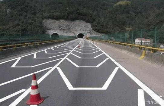 道路面标记眼花缭乱 很多都不了解 科目一真没有