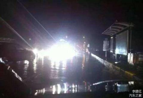 暴雨侵袭的时候 开车用双闪对不对 很多人都错了