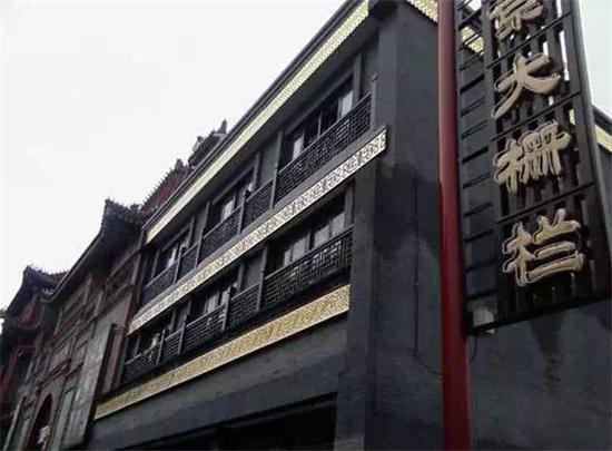 新前门大街已经挂上昨日鸟笼、铜鼓、冰糖葫芦等具有老北京特色式的路灯。改造后的前门大街换成了青白石路面,再现昔日御道风采,留存在老北京人记忆中的有轨电车(铛铛车)、五牌楼等明清风景重新展现在人们的眼前。