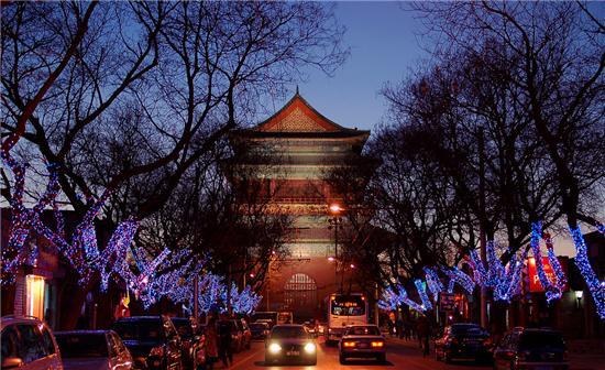 """""""北京电玩一条街""""的名气不仅让鼓楼东大街名噪京城,连一些外地商家也慕名进京采购。整条鼓楼东大街除了电玩商店之外,还错落分布着16家乐器行,其密度之高,也可以称得上是乐器一条街。"""