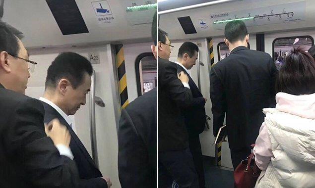 网友在北京地铁1号线看到这一幕 回复亮了...