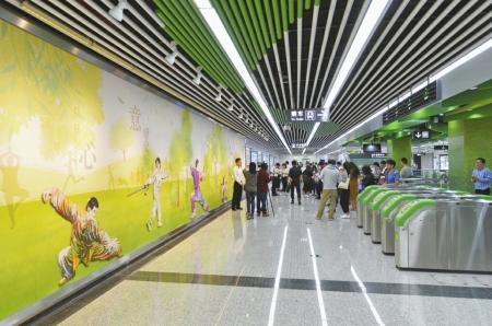 城事频道 5日,媒体记者提前试乘成都地铁 (微博) 4号线二期.