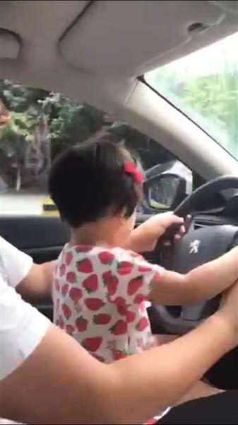 幼女黄色小�_成都男子不顾危险怀抱幼女开汽车 被家中长辈举报