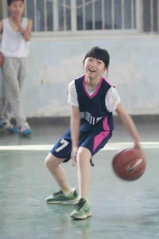干12岁侄女儿_绵阳12岁女孩打篮球视频走红 网友:女版小艾弗森