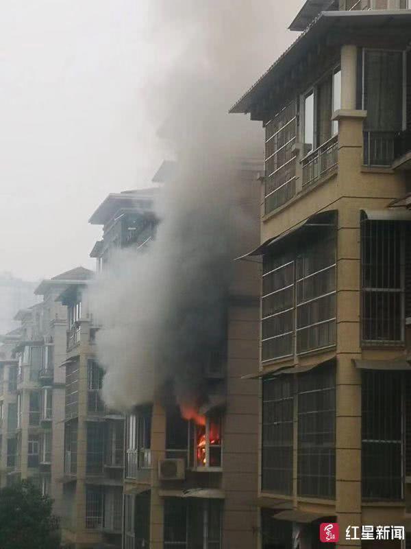 眉山一小区发生火灾 消防员处置完体力透支昏迷