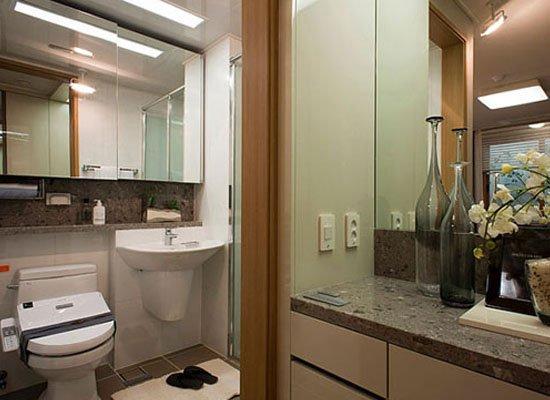 装修卫生间风水有一定的讲究,因此很多居民对于这样的问题很困惑,那么下面我们一起来了解一下装修卫生间风水如何布局? 洗手间位置:洗手间作为污秽之所,必须注意位置。首先洗手间不宜在居室中心,不仅采光不佳,而且易造成家居污染,秽气流到居室四面八方,潮湿空气闷在室内,易滋生细菌,极不利于身体健康。