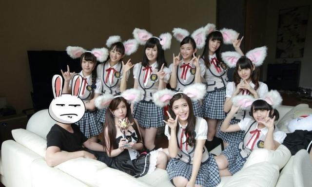 企鹅娘吐槽:只要给钱就能和日本偶像一起洗澡哟!