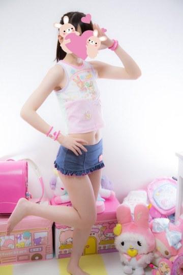 药丸!成年女性穿女童装的合法萝莉照片走红