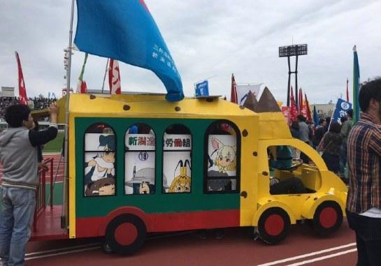 加帕裡巴士車速太慢!島國勞動節遊行驚現人力推車