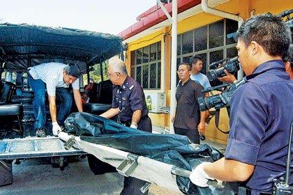 女死刑犯尸体解剖_警方人员把女童李穗慧尸体抬上卡车,以送往医院太平间解剖.