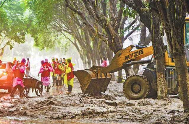 洪水退去,上万干部群众连夜清淤杀毒