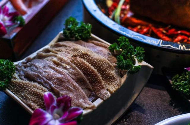 重庆首家金箔配火锅 奢华中带着霸气 味道更喜人