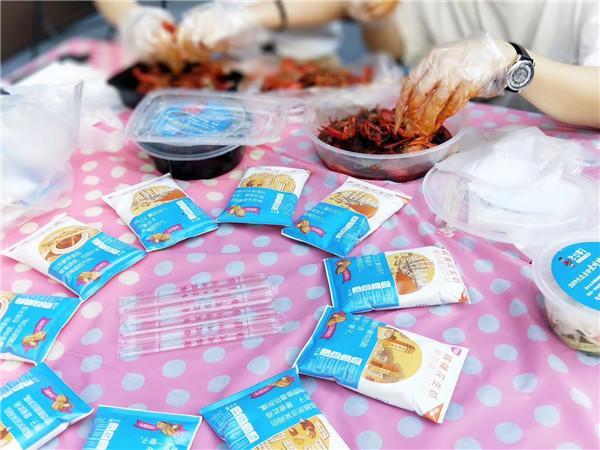 重庆小龙虾节连吃3天 4万虾迷体验超魔幻天气下的舌尖盛宴