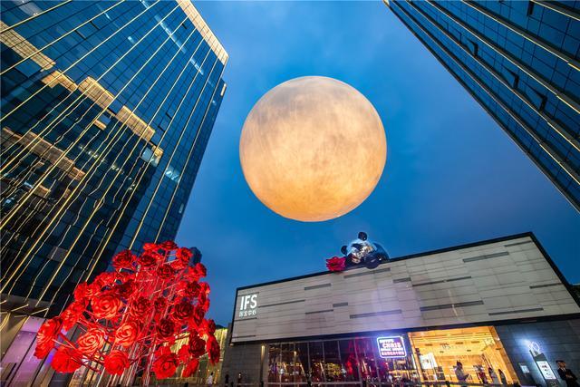 """""""酷枇杷·潮我看"""",重庆IFS二周年庆打造超级月亮"""