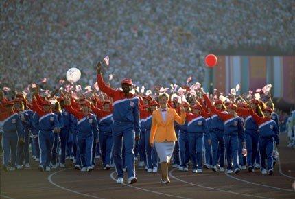 1984年奥运会国外代表团入场时,队员手里拿着气球、国旗,每个人都在招手