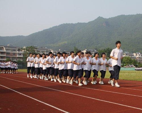 操穴抽�_富阳市城镇职业高级中学的学生阳光跑操运动.