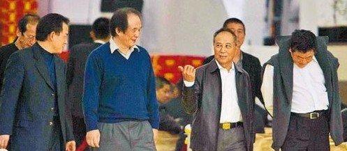 竹联帮白狼_2007年杨登魁(右二)到竹联帮精神领袖陈启礼的灵堂祭拜.
