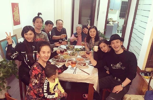 黄晓明携baby与家人吃年夜饭