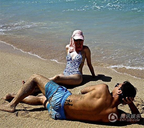 """甄子丹沙滩晒性感身材 腰部显""""诗""""字纹身"""