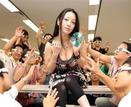 腾讯漫画不能看_《花与蛇3》DVD发售 小向美奈子自称是被虐狂_娱乐_腾讯网
