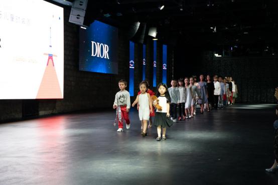 2019巴黎国际儿童时装周落幕 中国童模角逐世界时尚舞台
