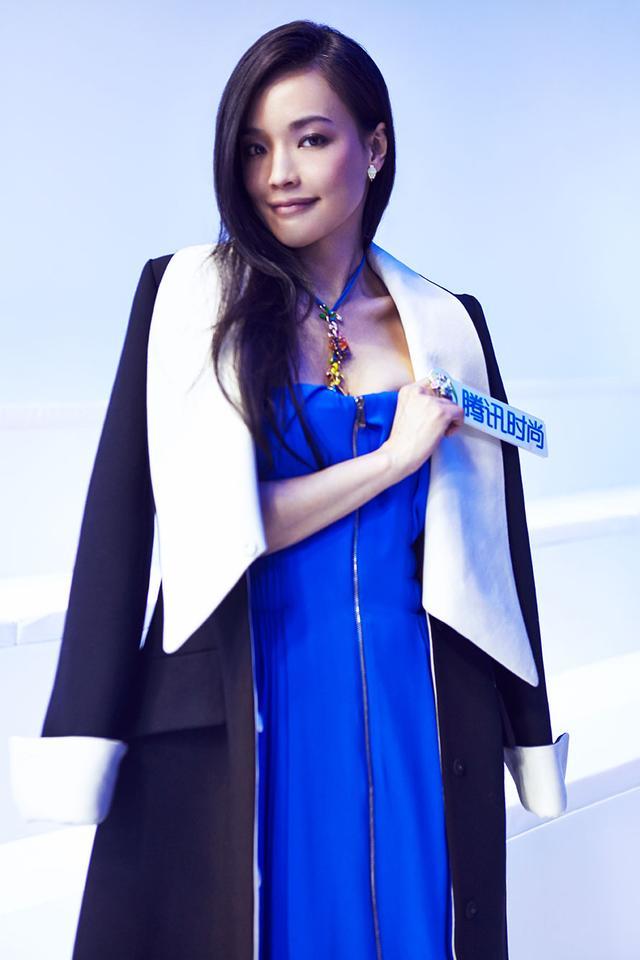 播色舒淇_见到了前来观秀的舒淇,她身着dior  2013秋冬黑白拼色大衣内搭dior