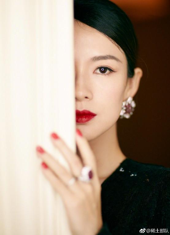 章子怡的刘海撑不起她的气质 但她的美甲可以啊
