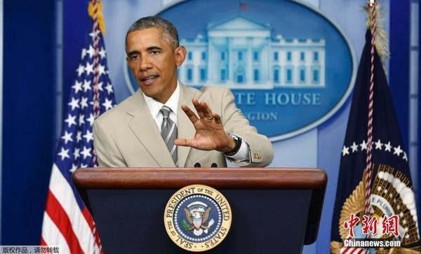 奥巴马遭遇西装门_奥巴马浅黄色西装若争议 美媒称其穿傻帽西装_时尚_腾讯网