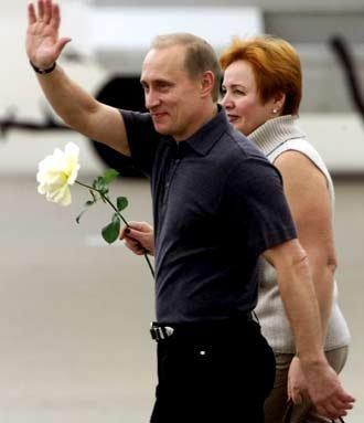 普京夫人照片_在普京频繁往返于各个国家,会晤各国领导人时,镜头前鲜少出现其夫人