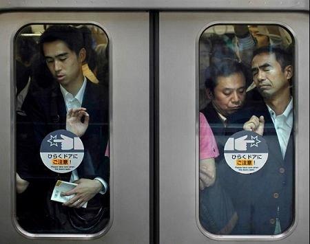 擁擠不堪東京地鐵中人們的窘態圖片