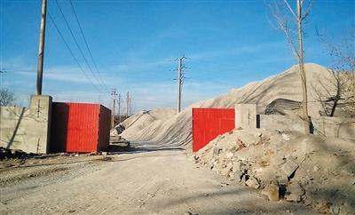 2015年12月30日,102国道段甲岭镇?#33539;危?#22269;道边的石料厂内堆着盗采来的矿石。