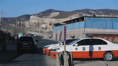 2015年12月30日,通往三河市段甲岭镇蒋福山矿区的必经路上,停放着路政执法车。