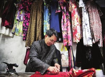 他当了近40年的裁缝,近五六年来,则专做中式服装,尤其是旗袍.