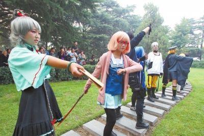 中学生玩cosplay引围观 大爷称人模鬼样