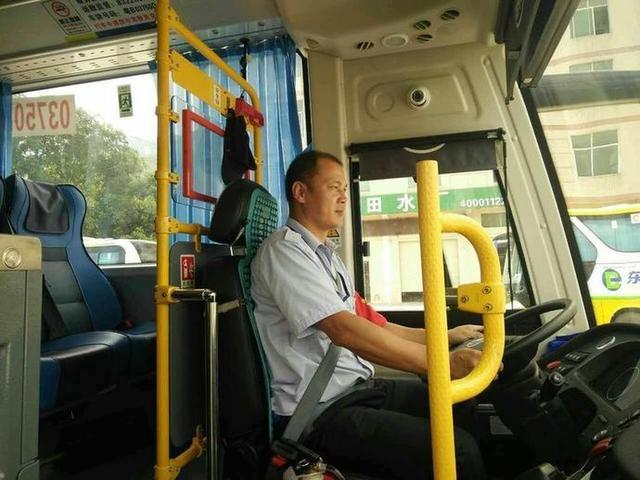 暖心!深圳一公交车带头停车礼让 私家车都停了
