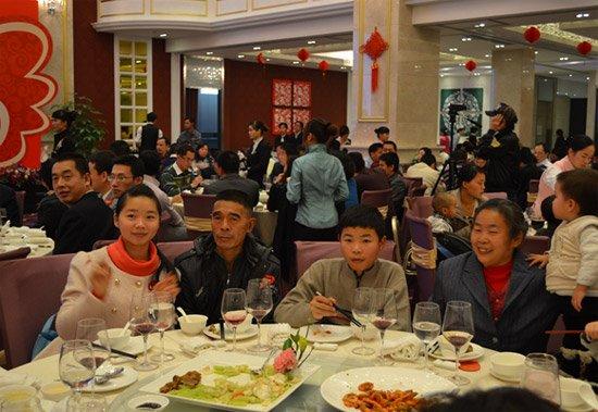 年来分居三地的一家人一起在东莞吃上了久违的团圆饭