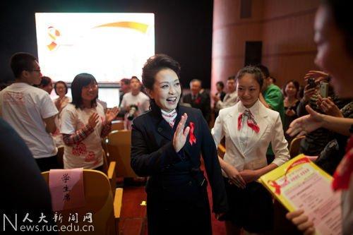 世界艾滋病主题_彭丽媛参与艾滋病日宣传 点亮红丝带_公益_腾讯网