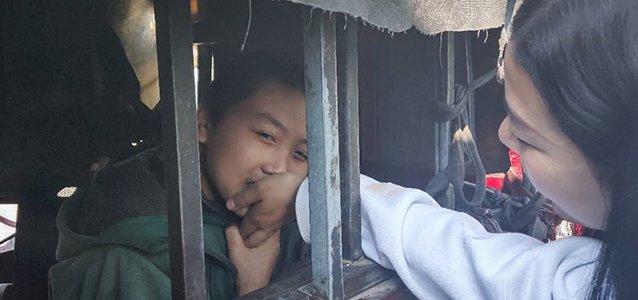 """那个关在铁笼里11年的自闭症男孩,亲了我的手width=""""638"""""""