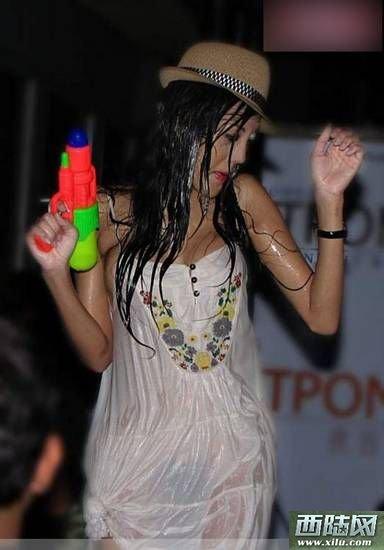 少女节_中国人偷拍老挝泼水节湿身少女(图)