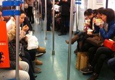 """早晨轻轨车厢成""""餐车"""" 一个车厢6人吃早点"""
